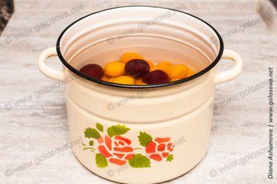 как сварить компот из абрикосов в кастрюле