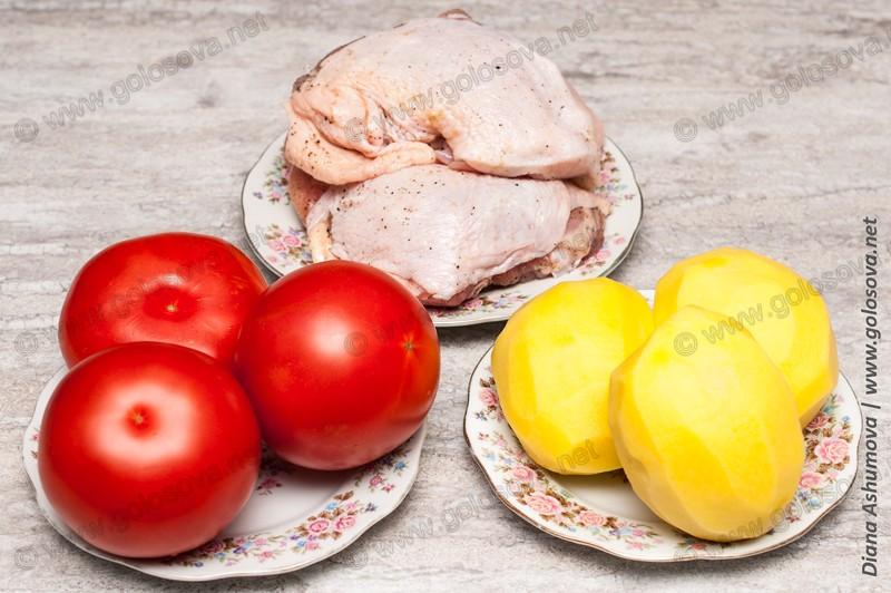 сырые куриные бедра и овощи