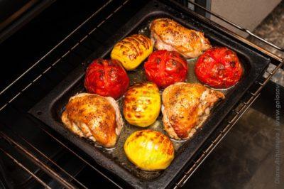 запечь в духовке куриные бедра с картошкой