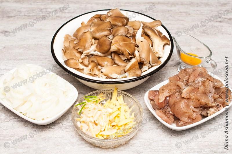нарезанные грибы и филе курицы