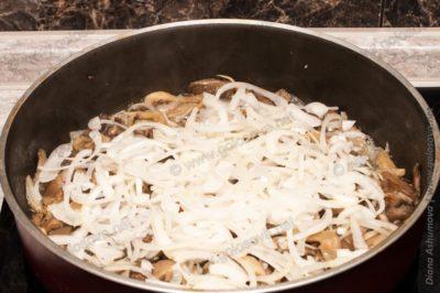 тушим грибы с луком