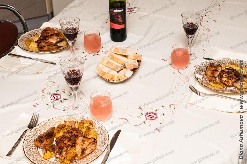 накрытый стол с едой и вином