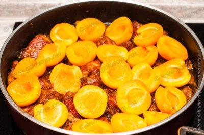 свинина с абрикосами на сковороде