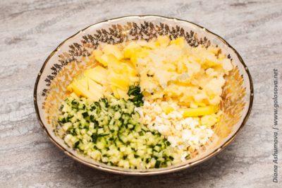 добавляем картофель в окрошку с рыбой