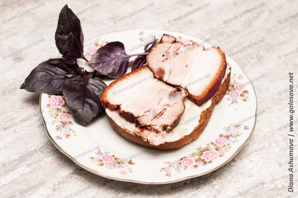бутерброд с грудинкой в луковой шелухе