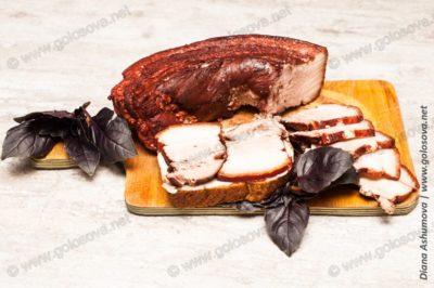 нарезанная свиная грудинка в луковой шелухе