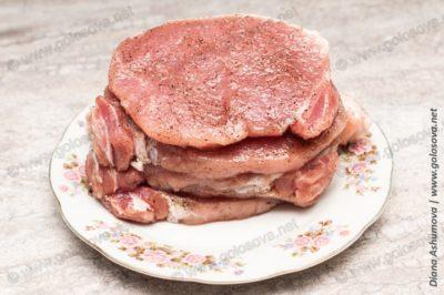 куски свинины, приправленные солью и перцем