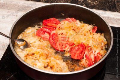 помидоры с тушеным луком на сковороде