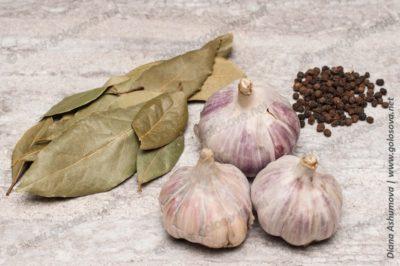 чеснок, лавровый лист и перец горошек