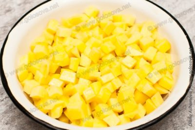 мелкие кубики картошки