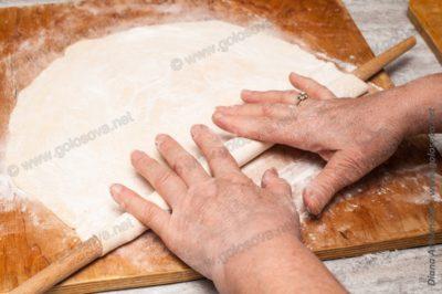 раскатываем тесто на лапшу