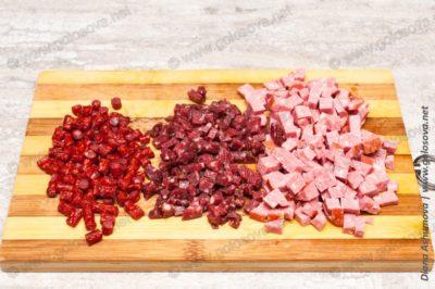 мелкие кубики колбасы для окрошки
