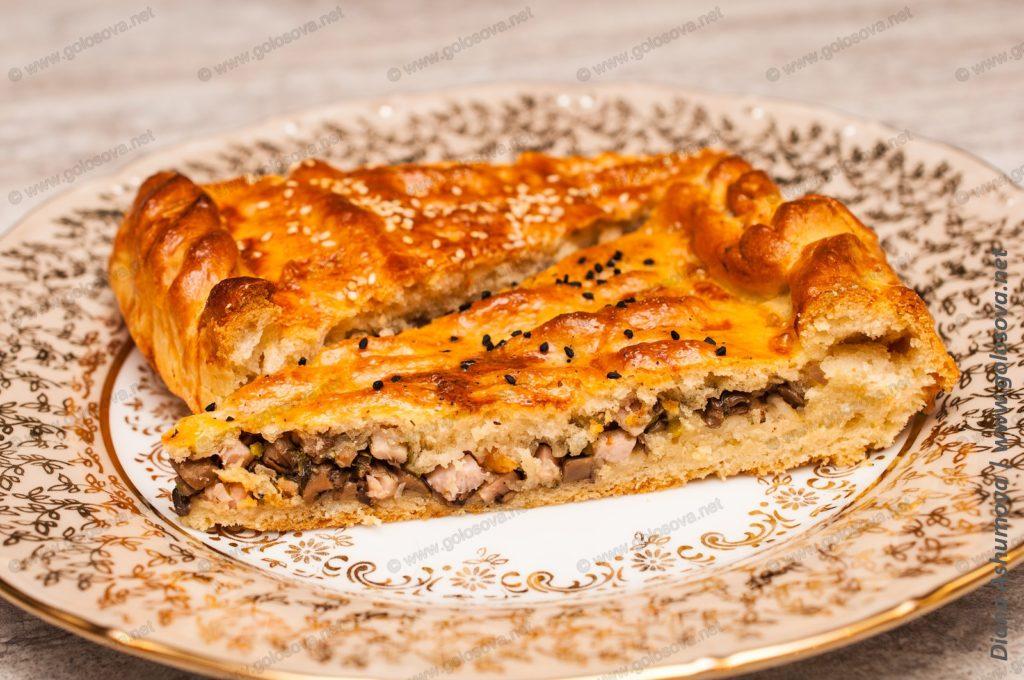 пирог с грибами, кинзой и копченой свининой
