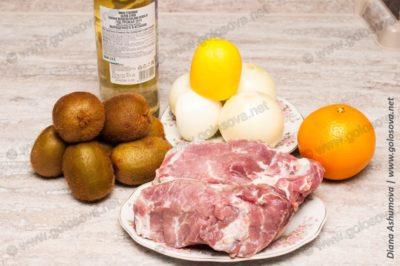 кусок свинины, киви, лук, сухое белое вино и апельсин с лимоном