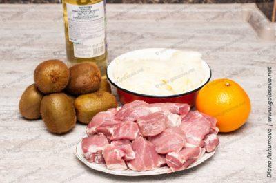 свиные кусочки мяса и остальные продукты