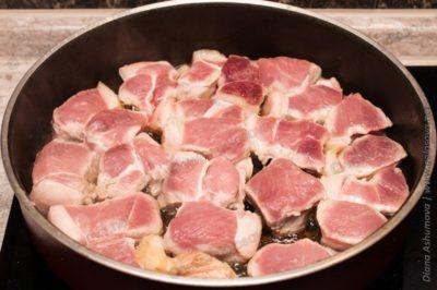 куски свинины на сковороде