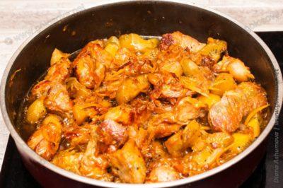 мясо с киви на сковороде