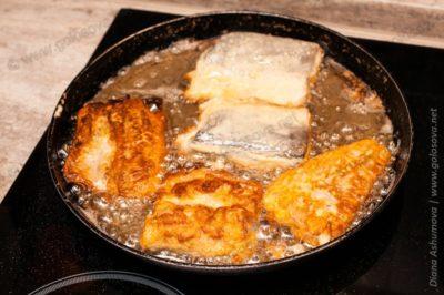 филе хека в кляре на сковороде