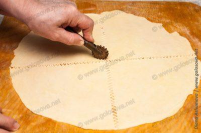нарезаю тесто на мутаки