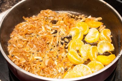 мандарины с луком на сковороде