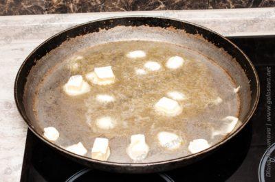 маргарин на сковороде