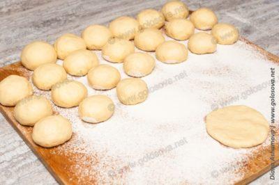 шарики теста на пирожки