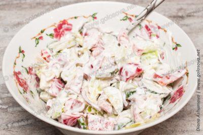 салат из огурцов и красного перца и сметаны