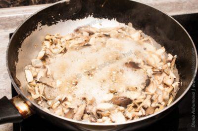 выходит жидкость из грибов